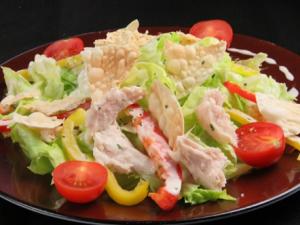 サラダチキンと餃子の皮のせサラダ
